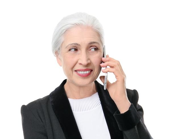 Mooie elegante oudere vrouw op wit
