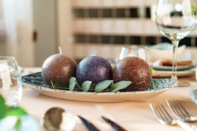 Mooie elegante tafelsetting met groen stijlvol servies en zilveren bestek
