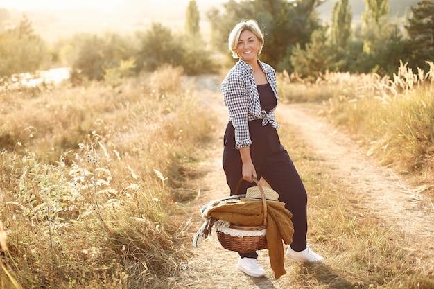 Mooie elegante vrouw in een herfst tarweveld