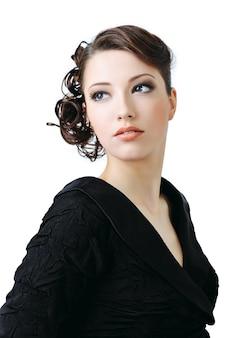 Mooie elegante vrouw met stijlkapsel - dat op wit wordt geïsoleerd