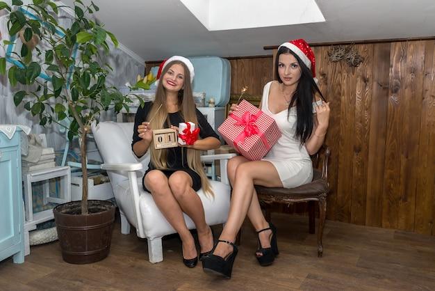 Mooie en aantrekkelijke meisjes met geschenkdozen