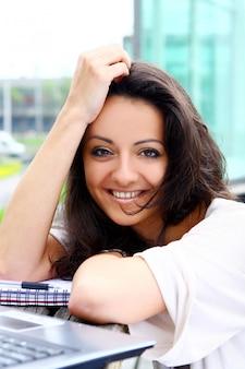 Mooie en aantrekkelijke vrouw in park