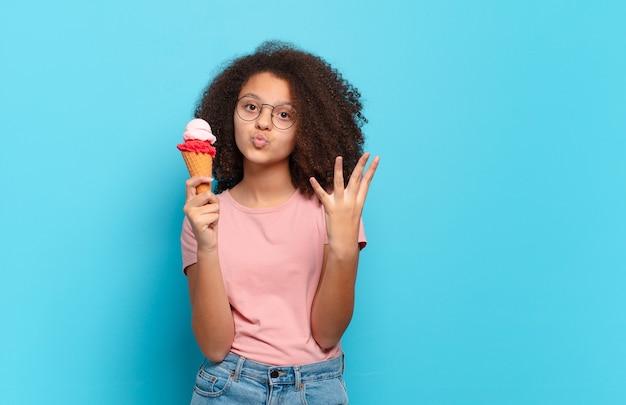 Mooie en afro-tiener die vriendelijk glimlacht kijkt, nummer vier of vierde met vooruit hand toont, aftellend. sumer ijs concept