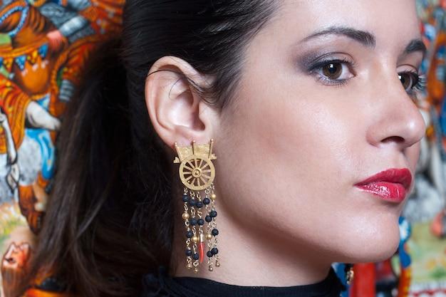 Mooie en charmante brunette in siciliaanse stijl
