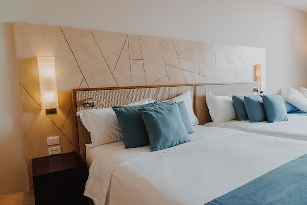 Mooie en comfortabele kussendecoratie in de slaapkamer