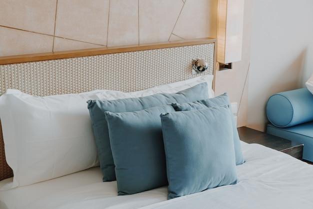 Mooie en comfortabele kussendecoratie in het interieur van de slaapkamer