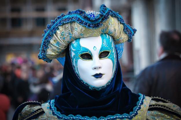 Mooie en fantastische maskers en kostuums met elegante en magnifieke ontwerpen tijdens het carnaval van venetië