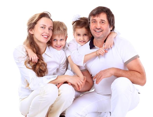 Mooie en gelukkige familie - die over een wit wordt geïsoleerd