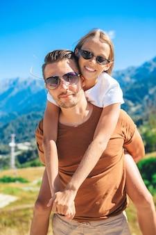 Mooie en gelukkige familie in bergen op de achtergrond van mist