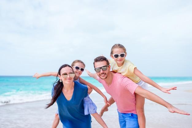 Mooie en gelukkige familie op het strand