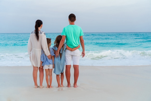 Mooie en gelukkige familie op wit strand