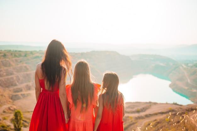 Mooie en gelukkige familie van moeder en kinderen op zomervakantie