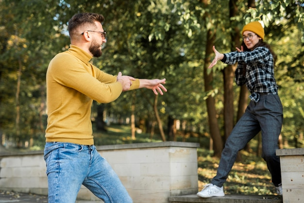 Mooie en gelukkige vrienden in park
