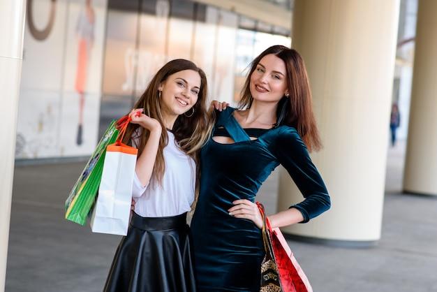Mooie en gelukkige vrouw doen winkelen in het winkelcentrum.