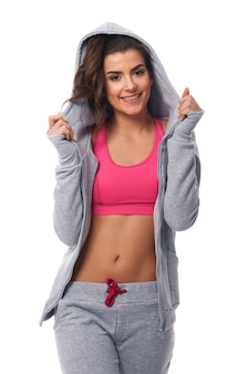 Mooie en glimlachende vrouw die sportkleding draagt