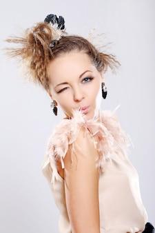Mooie en heel schattige vrouw met grote oorbellen