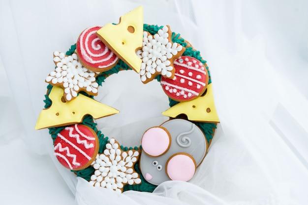 Mooie en heerlijke peperkoek met stukjes kaas, muis, ballen voor de kerstboom.