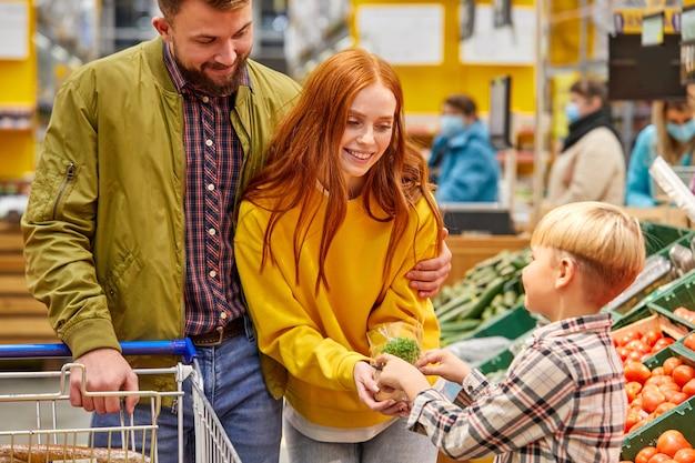 Mooie en jonge familie samen winkelen