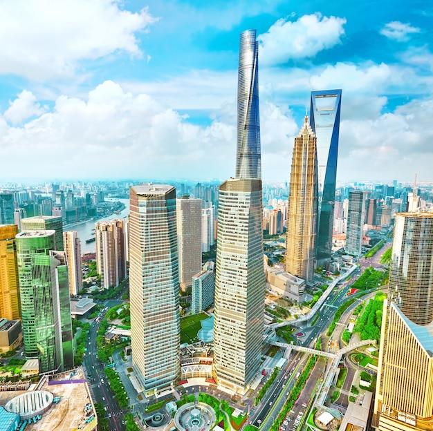 Mooie en kantoorwolkenkrabbers, stadsbouw van pudong, shanghai, china.