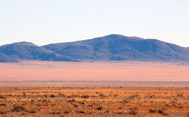 Mooie en kleurrijke bergen en onverharde weg van namibië