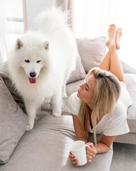 Mooie en lieve hond en vrouw