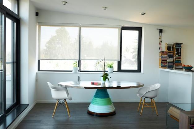 Mooie en moderne eetkamer met een op maat gemaakte eettafel