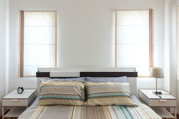 Mooie en moderne slaapkamer met lege muur