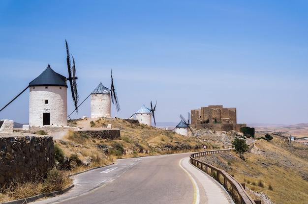 Mooie en oude windmolens in wit geschilderd