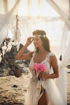 Mooie en sensuele bruid op het strand
