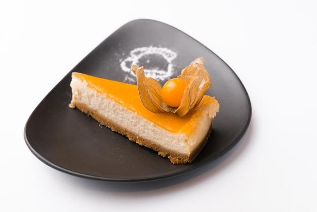 Mooie en smakelijke cheesecake van pompoen over wit oppervlak