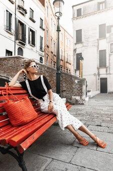 Mooie en stijlvolle vrouw in een straat van de stad venetië