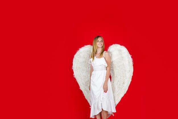 Mooie engel meisje vrouwelijke engel met witte vleugels valentijnsdag cupido engel vrouw cupido meisje in
