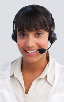 Mooie etnische onderneemster die in een call centre werkt