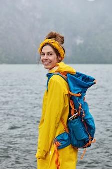 Mooie europese vrouwelijke reiziger heeft een toeristische route, verkent schilderachtig landschap