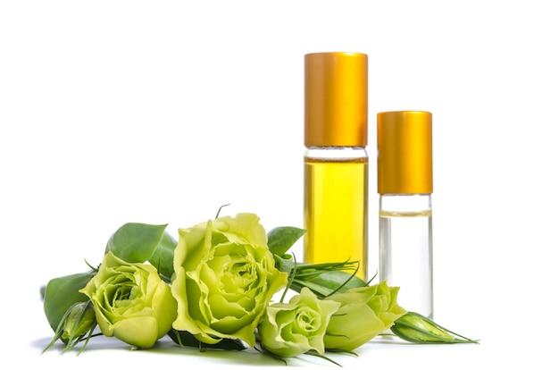 Mooie eustoma-bloemen en flessen met geïsoleerde oliën voor huid