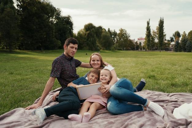 Mooie familie brengt tijd samen buitenshuis door