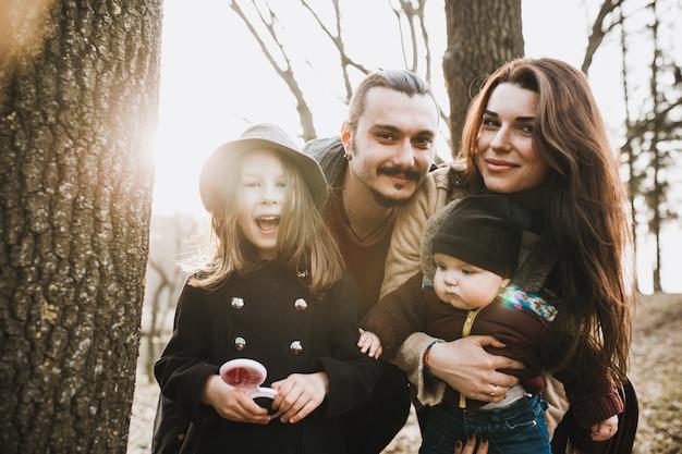 Mooie familie genieten van tijd in het park