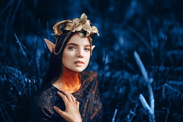 Mooie fantasievrouw in blauwe toon