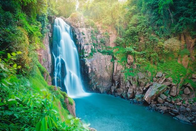 Mooie fantastische diepe boswaterval bij haew-narokwaterval, het nationale park van khaoyai, thailand