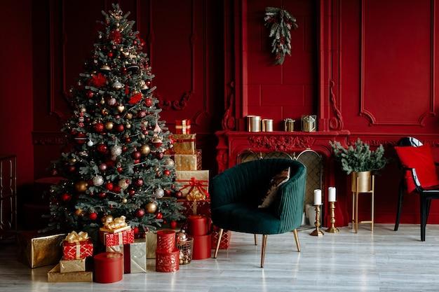 Mooie feestelijk versierde rode woonkamer met een kerstboom