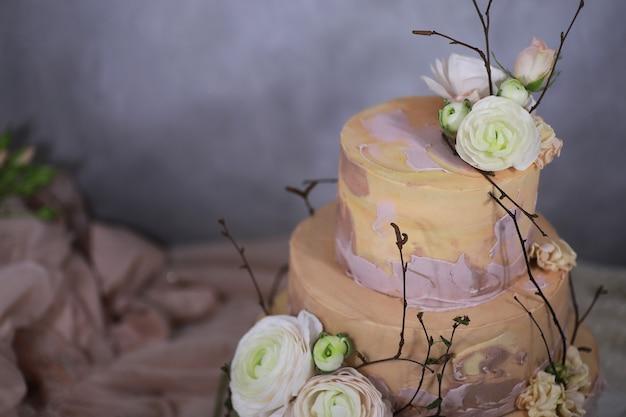 Mooie feestelijke cake biscuit met verschillende crèmes en versierd
