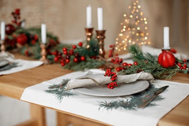 Mooie feestelijke tafel instelling voor kerstdiner thuis