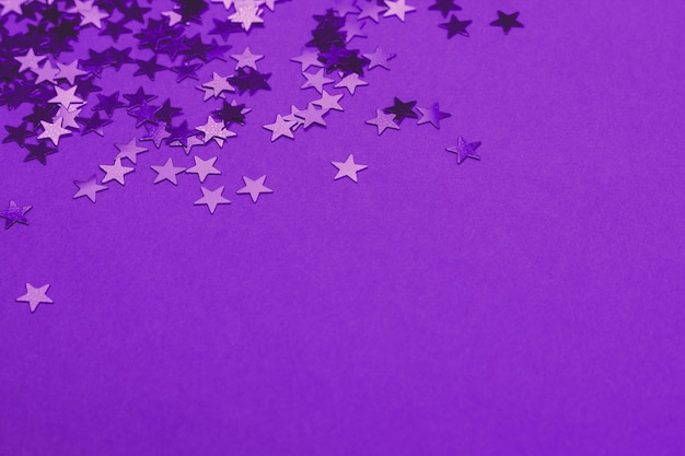 Mooie feestelijke ultra violette achtergrond met stervormige confetti. vakantie of decoratie