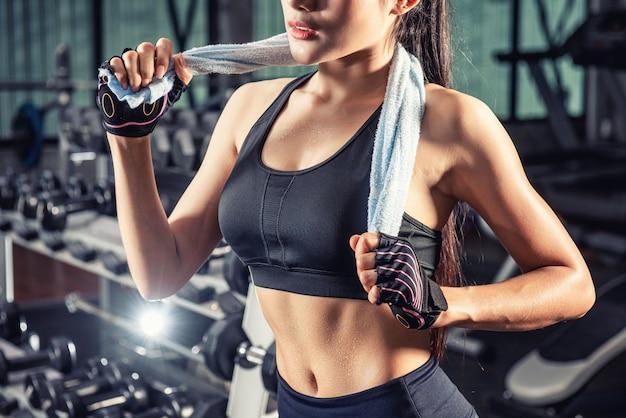 Mooie fit aziatische vrouw in de sportschool