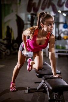 Mooie fitness vrouw tijdens het trainen van de arm