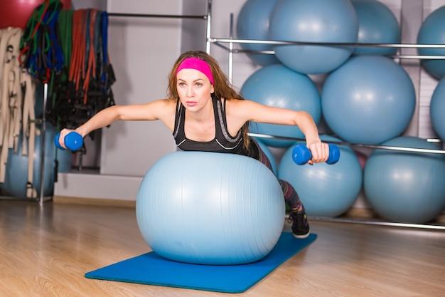 Mooie fitness vrouw training pilates in de sportschool