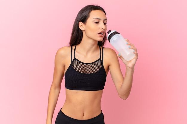 Mooie fitnessvrouw met een waterfles