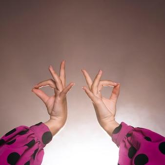 Mooie flamenca-handen met licht op de rug