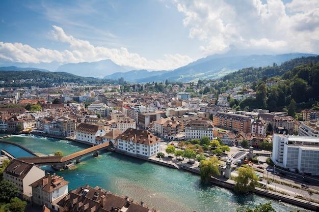 Mooie foto van de rivier door de stad luzern in zwitserland en de berg pilatus
