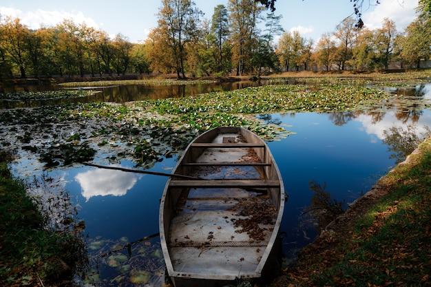 Mooie foto van een boot aan de oever van het meer van de stad cesky krumlov in tsjechië